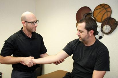 Dr. Jesse Shaw con el paciente